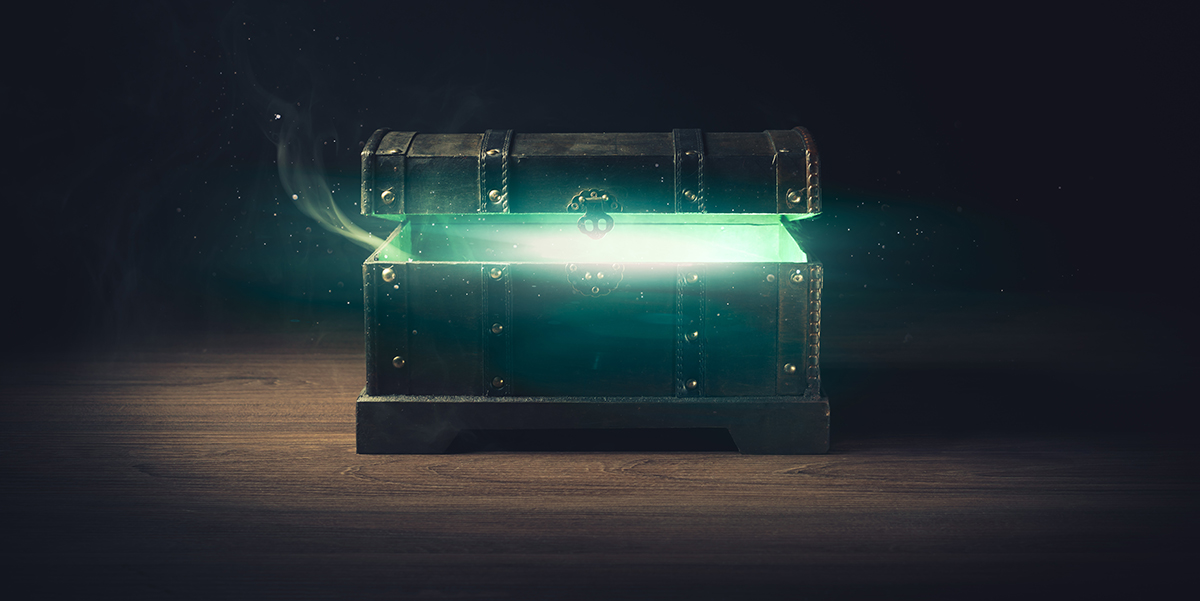 Illustrasjonsbilde: pandoras box with smoke on a wooden background